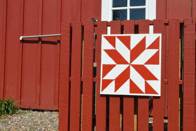 Barn quilts and DIY pallet fence4