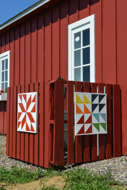 Barn quilts and DIY pallet fence8