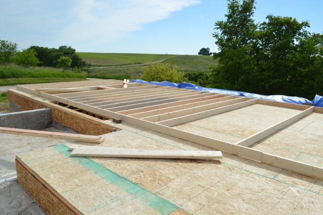Raising walls and floor trusses02