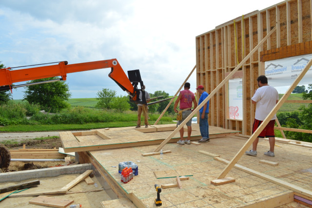 Raising walls and floor trusses05