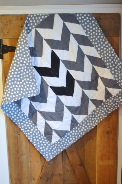 black white gray arrows quilt1