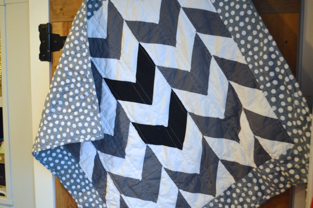 black white gray arrows quilt2