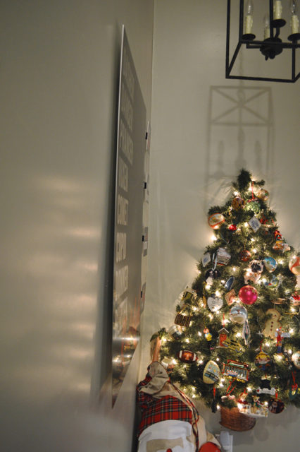 hallway-gallery-wall-and-wall-christmas-tree02