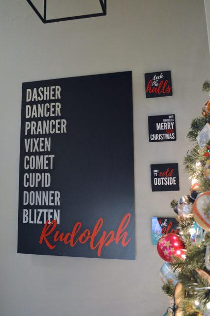 hallway-gallery-wall-and-wall-christmas-tree03
