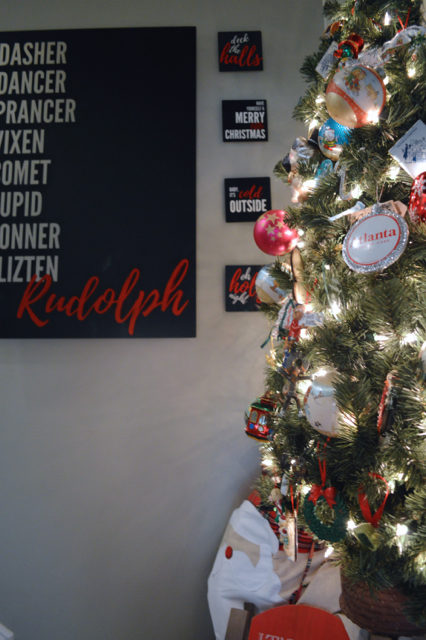 hallway-gallery-wall-and-wall-christmas-tree04