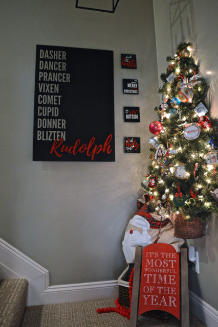 hallway-gallery-wall-and-wall-christmas-tree05