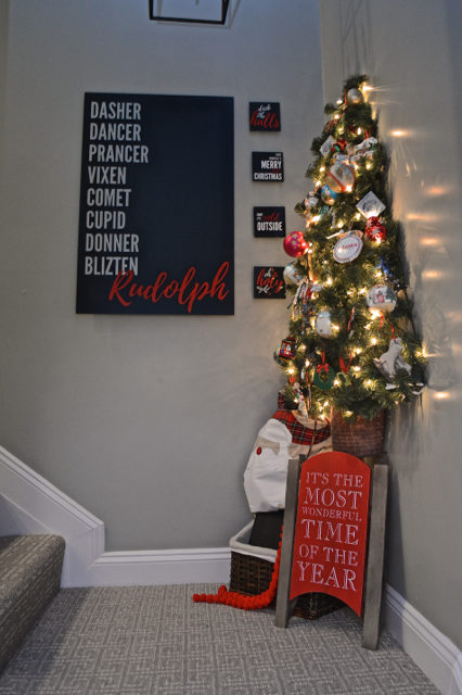 hallway-gallery-wall-and-wall-christmas-tree09