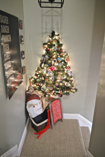 hallway-gallery-wall-and-wall-christmas-tree10