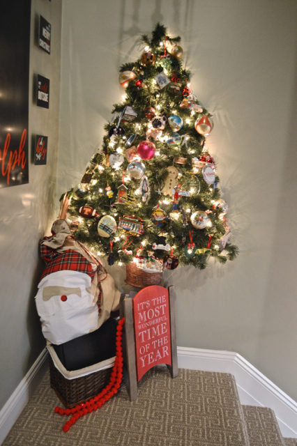 hallway-gallery-wall-and-wall-christmas-tree11