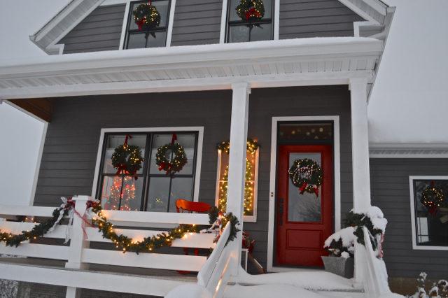 snow-day-exterior-christmas-decor6